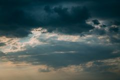 黑暗的暴风云和阳光 免版税库存照片