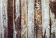 黑暗的木墙壁房子被风化的纹理 免版税库存图片