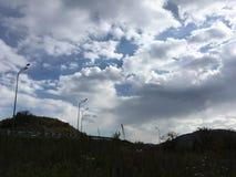 黑暗的横向 青灰色多云天空,路 免版税图库摄影