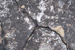 黑暗的水泥表面 在混凝土的大裂缝 免版税图库摄影
