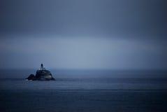 黑暗的海岛灯塔 免版税库存照片