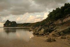 黑暗的海岛酸值pi天空泰国 图库摄影