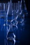 黑暗的烧瓶实验室小玻璃瓶 免版税图库摄影