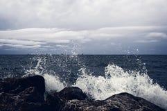 黑暗的照明,风暴接近 波浪击中了双 免版税库存照片