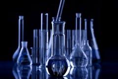 黑暗的玻璃器皿实验室 免版税库存照片