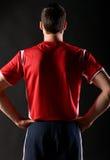 黑暗的球员足球 免版税库存照片