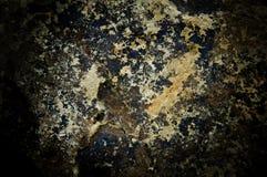 黑暗的破裂的岩石墙壁 免版税库存图片