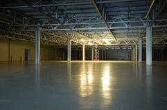 黑暗的空的仓库 免版税图库摄影