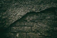 黑暗的老砖墙阴险令人毛骨悚然的背景有掉下的 免版税库存照片