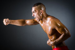 黑暗的肌肉拳击手 免版税库存照片