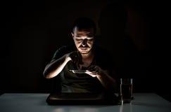 黑暗的萦绕吸烟者 库存图片