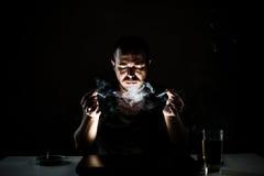 黑暗的萦绕吸烟者 库存照片