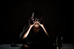 黑暗的萦绕吸烟者 免版税库存照片
