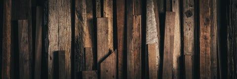 黑暗的葡萄酒风化了被索还的木背景-网横幅 免版税库存照片