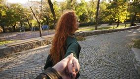 黑暗的被编织的毛线衣的年轻可爱的女孩快乐走在路面的一个五颜六色的秋天城市公园的 卷曲红色 影视素材