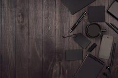 黑暗的豪华黑空白的文具,与电话,在黑木板条,安置的您的设计空白的对象的咖啡的大模型场面 免版税库存图片