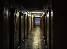 黑暗的走廊在老房子里 免版税图库摄影