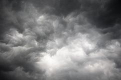黑暗的风暴天空 免版税库存照片