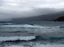 黑暗的风雨如磐的大西洋挥动打破在岩石和海滩 免版税库存图片