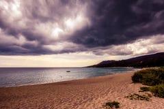 黑暗覆盖在海和海滩 免版税库存图片