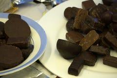 黑暗,白色和牛奶巧克力堆,芯片的分类 巧克力和咖啡豆在土气木袋装的背景 香料, 库存照片