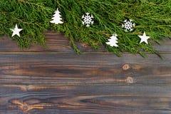 黑木圣诞节背景 金钟柏的枝杈 原物, xmas卡片的新花卉设计 假日问候的空的空间 免版税库存照片