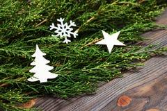黑木圣诞节背景 金钟柏的枝杈 原物, xmas卡片的新花卉设计 假日问候的空的空间 库存图片