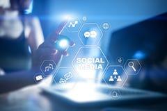 黑板企业白垩黑板画媒体网络网络连接人照片社交的概念连接数 数字式营销和广告概念 皇族释放例证