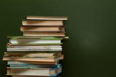 黑板和书 免版税库存照片