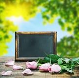 黑板和桃红色玫瑰 免版税库存图片