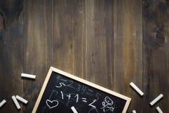 黑板和白垩与孩子写的数学 backarrow 免版税库存照片