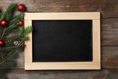 黑板和装饰在木背景,顶视图 christmas countdown 库存图片