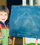 黑板男孩绘画 免版税库存图片