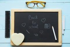黑板顶视图有回到学校标题的 免版税图库摄影