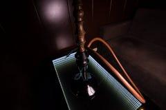 黑水烟筒在玻璃桌上站立 图库摄影
