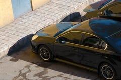 黑汽车,顶视图 一辆黑汽车的屋顶的顶视图 免版税库存照片