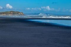 黑沙子,白色峭壁 库存照片
