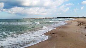 黑海、重的云彩和很快风暴的空的海滩 免版税库存照片