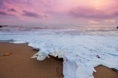 黑海与波浪的岸线照片的浪漫关闭和黄沙在12月上旬早晨 免版税库存图片