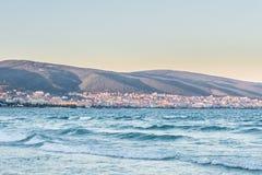 黑海保加利亚海岸晴朗的海滩胜地和山Sunse 免版税库存图片