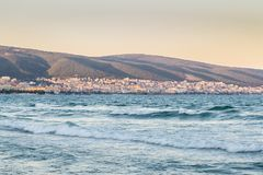 黑海保加利亚海岸晴朗的海滩胜地和山Sunse 免版税库存照片