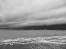 黑海海岸的看法在一个多云冬天早晨 Gelendzhik,俄罗斯 库存图片