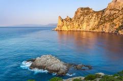 黑海海湾看法与岩石的在与飞溅的水中挥动 免版税库存图片