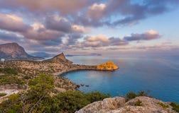 黑海海湾看法与岩石的在前面,岩石海角点燃了与su 库存照片