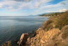 黑海的岩石陡峭的海岸 库存图片