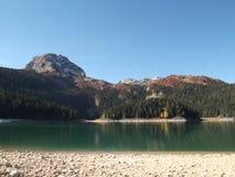 黑湖在秋天 库存图片