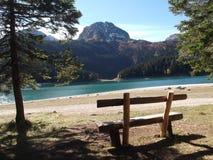 黑湖在秋天 免版税库存图片