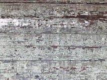 黑灰色老被毁坏的木墙壁,有老破旧的被剥落的油漆片断的篱芭的纹理从水平的破旧r的 库存图片