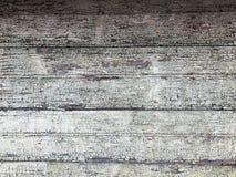 黑灰色老被毁坏的木墙壁,有老破旧的被剥落的油漆片断的篱芭的纹理从水平的破旧r的 图库摄影