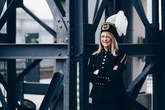 黑煤矿工人监督员节目制服的妇女有在帽子的胆怯的 免版税库存照片